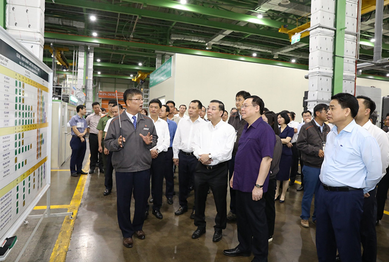Bí thư thành ủy Vương Đình Huệ thăm quan các nhà máy trong khu CNC Hòa Lạc. Ảnh: BTC