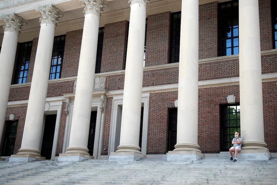 Chỉ một phần sinh viên Đại học Harvard trở lại trường vào mùa thu năm nay. Trong ảnh: Khung cảnh vắng vẻ ở thư viện Widener của Đại học Harvard. Nguồn: Washington Post