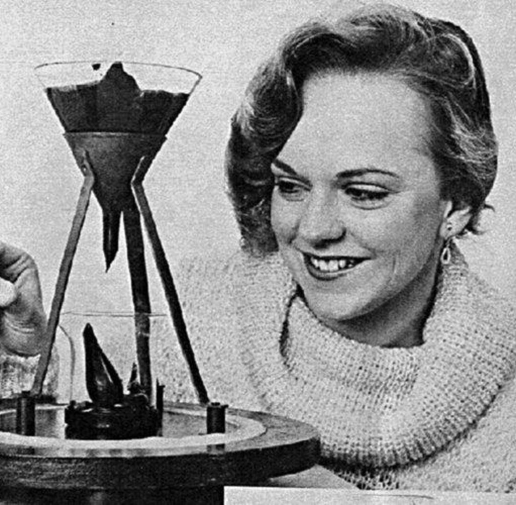 Tại Đại học  Queensland,  từ rất lâu người ta đã làm một thí nghiệm, một giọt  hắc ín (teer) nhỏ xuống nhanh hay chậm như thế nào. Ảnh: Đại học Queensland