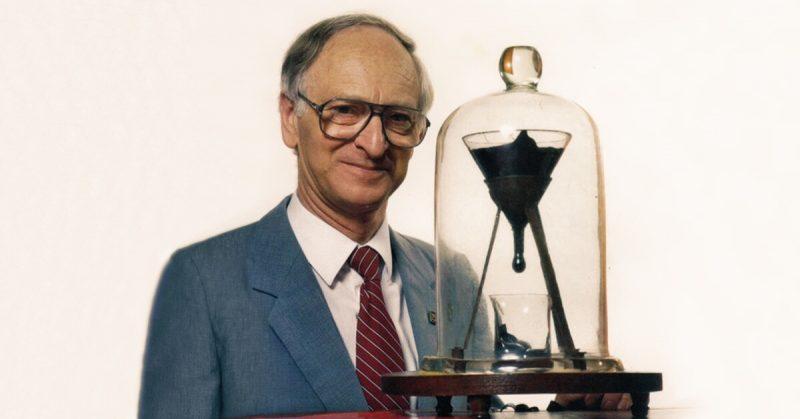 Giáo sư John Mainstone đã chứng kiến giọt thứ tám trong thí nghiệm nhỏ giọt hắc ín vào năm 1990. Ảnh: University of Queensland