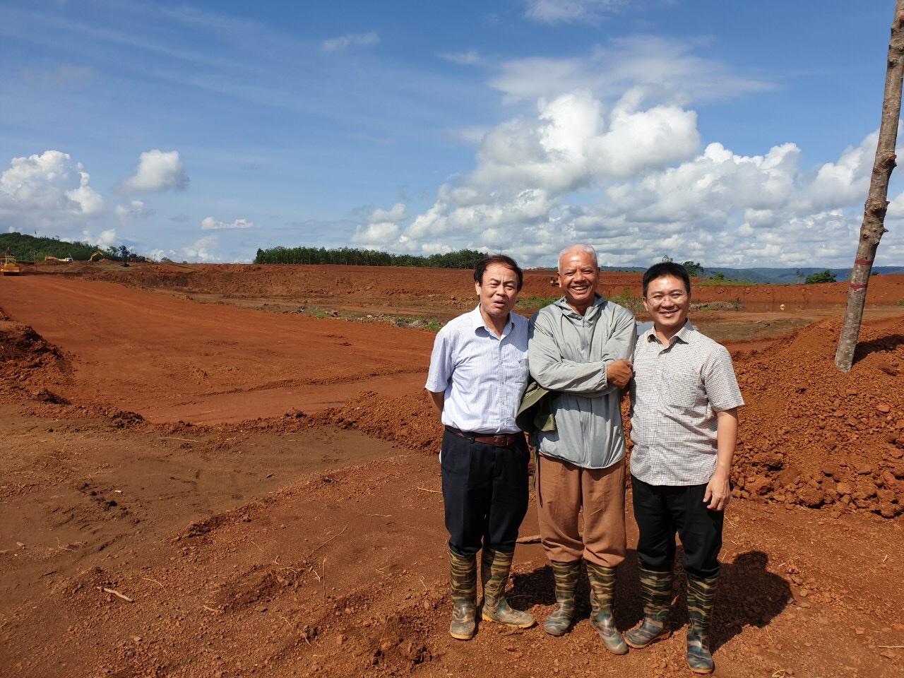 PGS.TS Nguyễn Hoài Châu (bìa trái).
