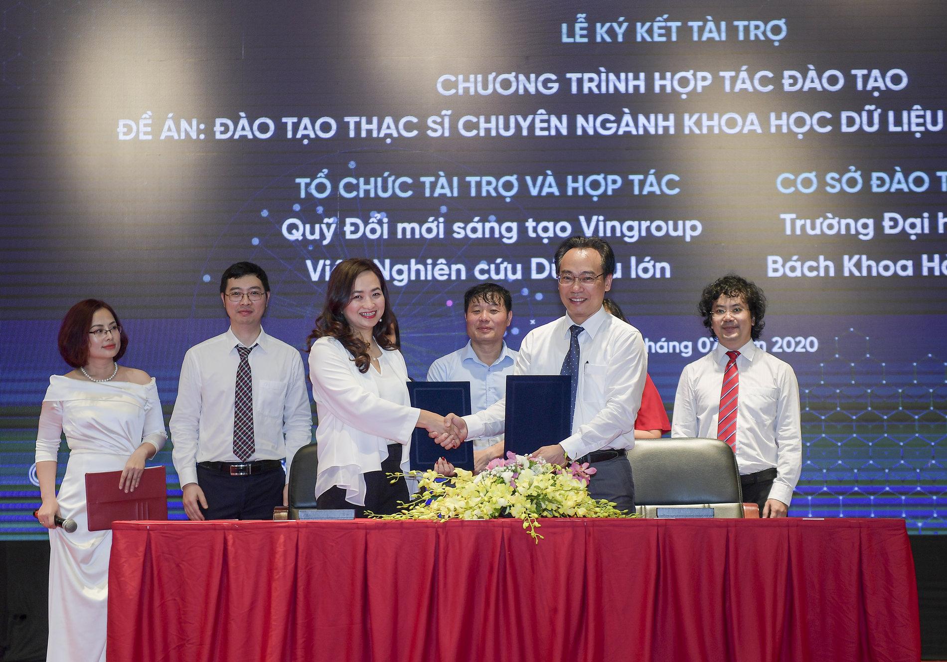 PGS.TSKH Phan Thị Hà Dương – Giám đốc điều hành Quỹ VinIF ký kết hợp tác đào tạo với đại diện trường Đại học Bách Khoa Hà Nội. Ảnh: Vingroup