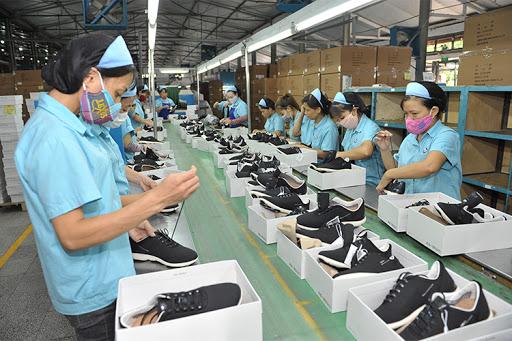 Việt Nam đang thuộc top 3 các quốc gia xuất khẩu giày dép lớn nhất thế giới. Tuy nhiên, các doanh nghiệp đang phải đối mặt với áp lực chuyển đổi để đáp ứng những đòi hỏi về môi trường, lao động và phát triển bền vững của nhiều nước đối tác.