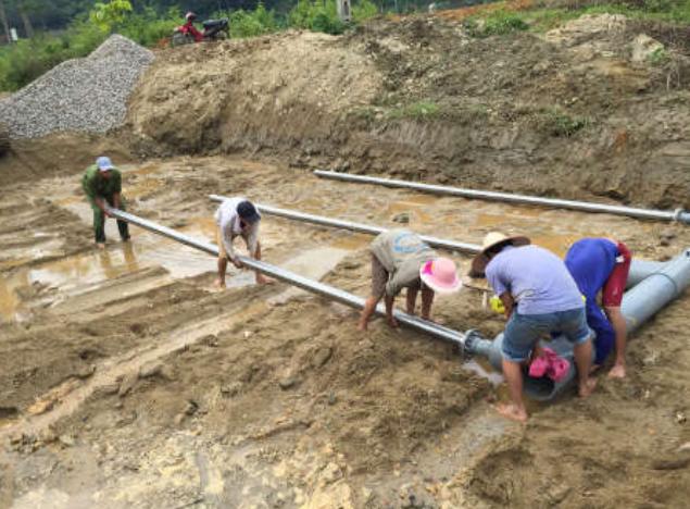 Quá trình lắp đặt ống lọc tại công trình thử nghiệm ở Lào Cai. Ảnh: NVCC