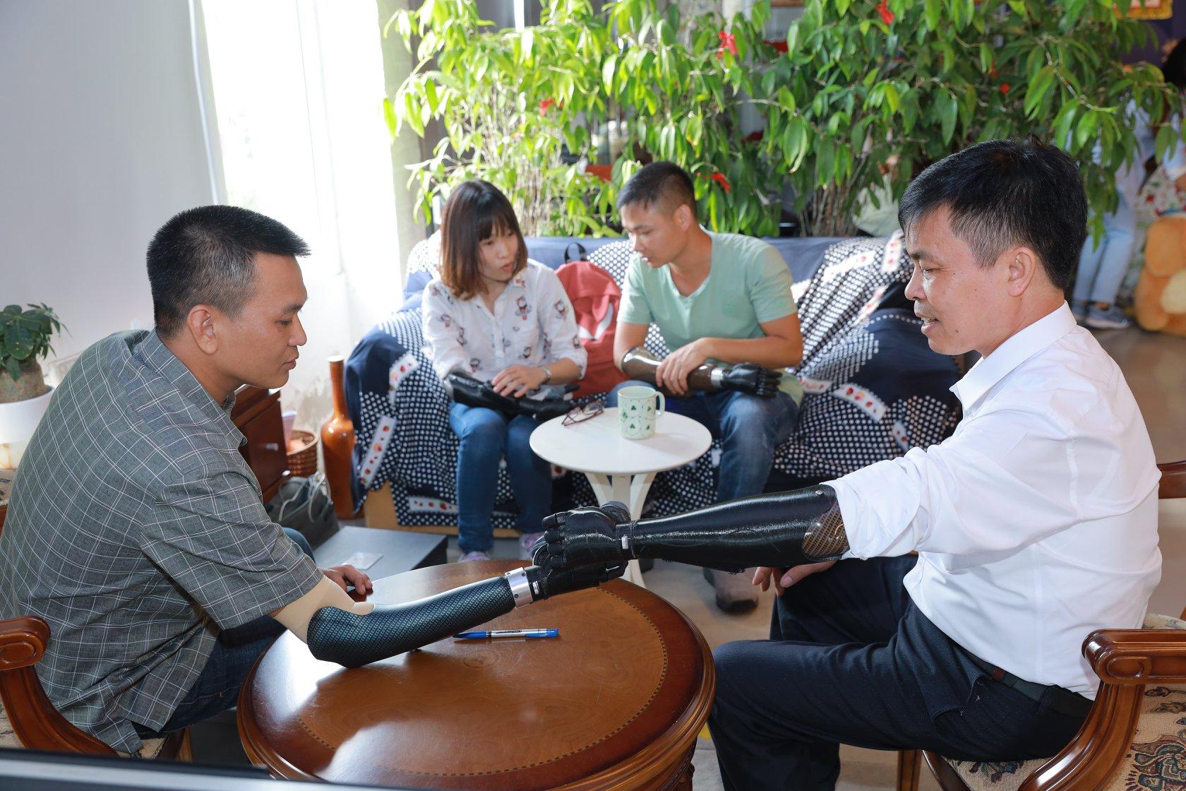 Những người khuyết tật được lắp cánh tay robot của Vulcan Augmetics. Ảnh: NVCC