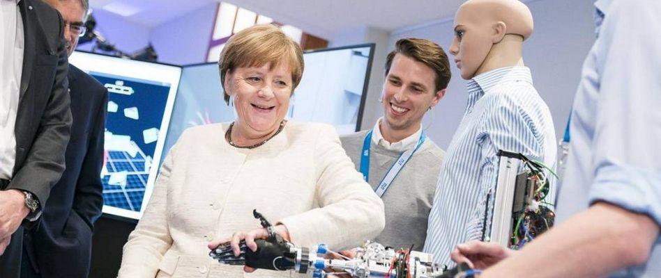 Thủ tướng Đức Angela Merkel tới thăm trường Robotics và trí tuệ nhân tạo Munich, trường Đại học Kỹ thuật Munich năm 2019. Nguồn: ĐH Kỹ thuật Munich.