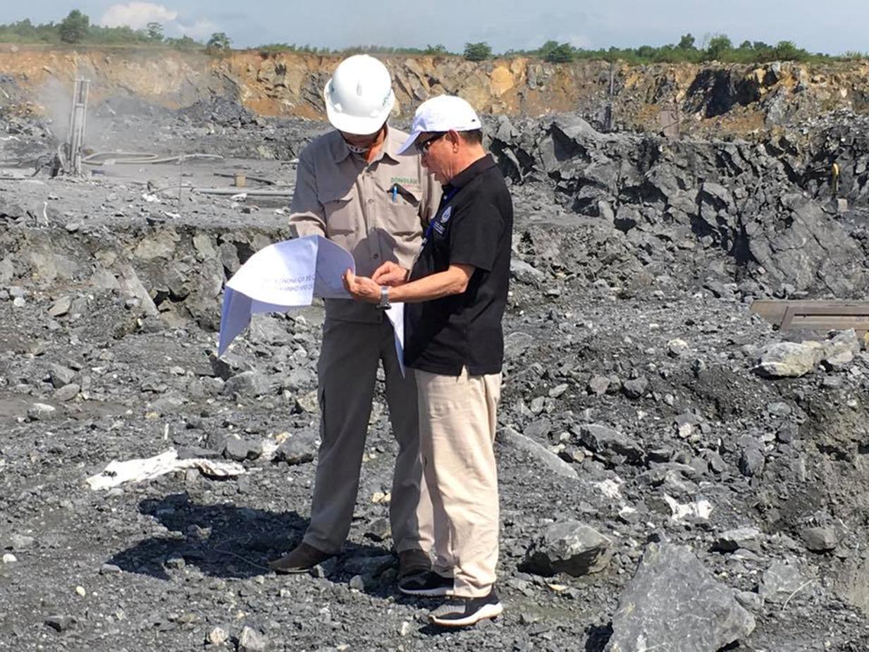 PGS Đoàn Văn Cánh (phải) nghiên cứu thoát nước khai thác mỏ đá vôi Đồng Lâm, Phong Điền, Thừa Thiên Huế. Ảnh: NVCC.