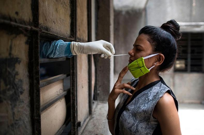 Thu mẫu xét nghiệm. Ảnh: Xavier Galiana/AFP/ Getty.