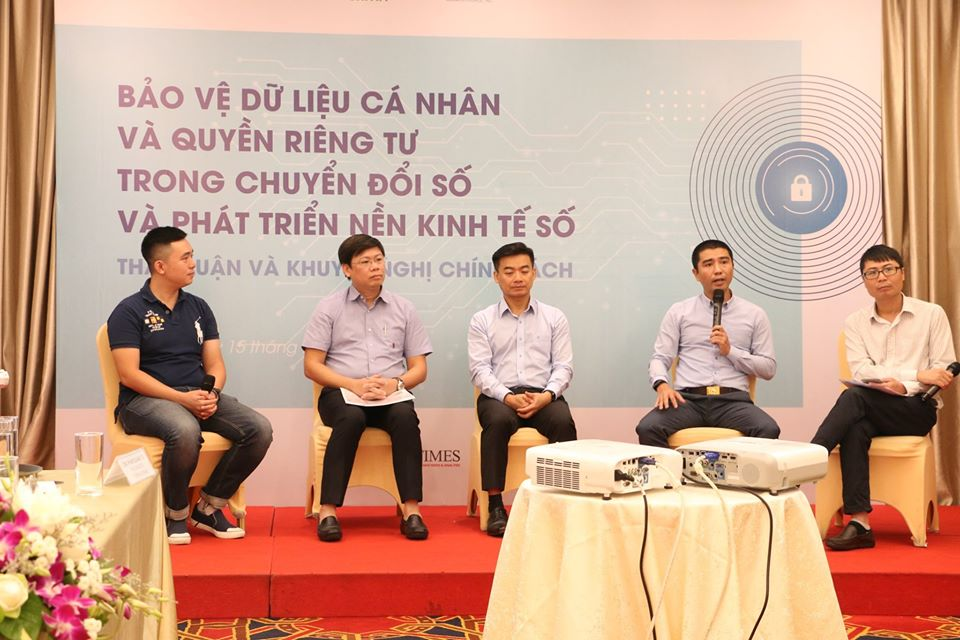 Các diễn giả trao đổi về việc bảo vệ dữ liệu cá nhân và quyền riêng tư trong chuyển đổi số. Ảnh: BTC.