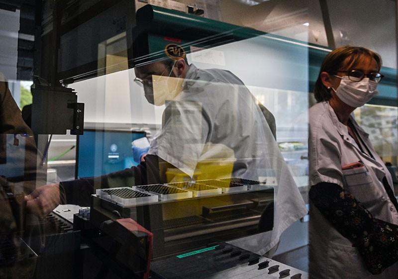 Kỹ thuật PCR đòi hỏi phải có kỹ năng và thiết bị chuyên môn. Ảnh: Philippe Desmazes / AFP qua Getty.