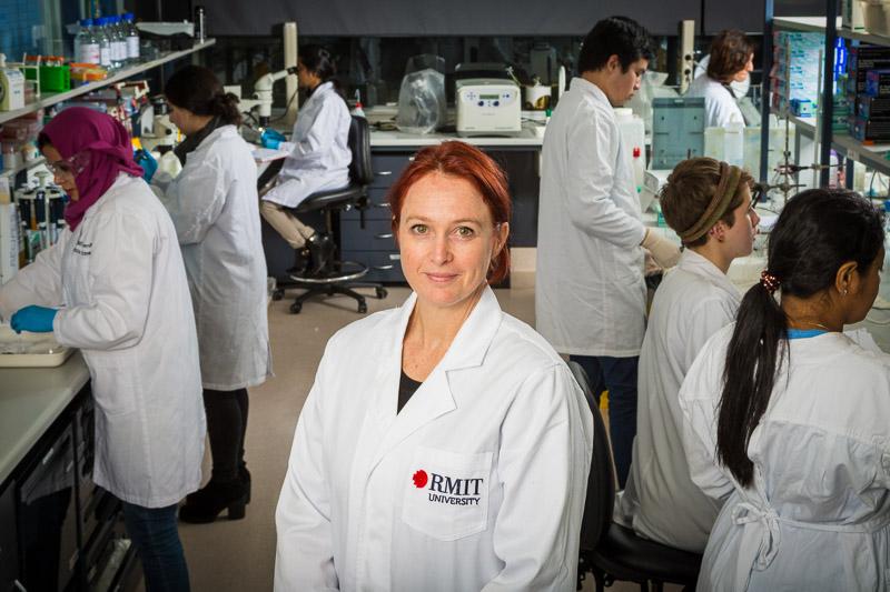 PGS. TS. Elisa Hill-Yardin trong phòng thí nghiệm của Đại học RMIT, Úc