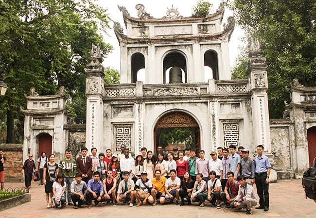 Đại học Quốc gia Hà Nội tổ chức tham quan văn hóa cho sinh viên quốc tế năm 2016 | Nguồn: VNU Media