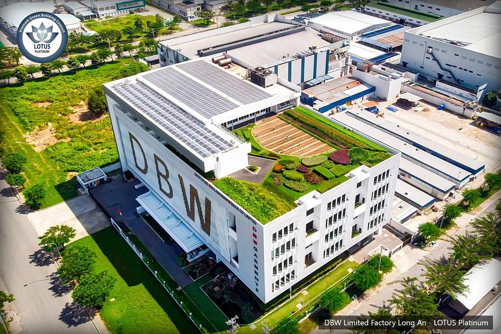 """Tính đến nay, Nhà Máy May Mặc Đức DBW ở Long An được xem là một nhà máy """"xanh nhất"""" tại Việt Nam. Công trình đạt cả chứng nhận của LOTUS (Hội đồng công trình xanh Việt Nam) và LEED (Hội đồng công trình xanh Hoa Kỳ)."""