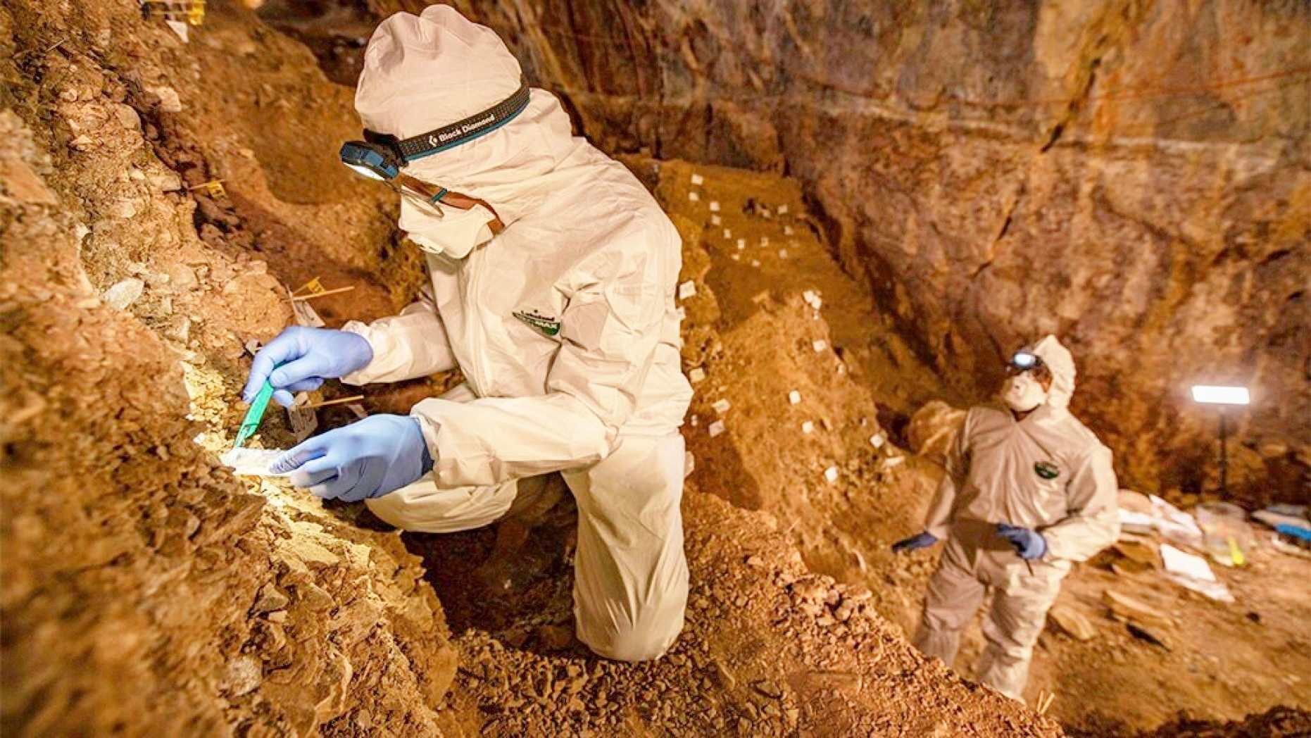 Các nhà nghiên cứu khảo sát hang Chiquihuite ở Mexico. Ảnh: AP.