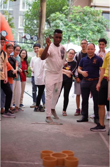 Trò chơi ném tên vào lọ của các bạn sinh viên Hàn Quốc thu hút người tham dự.