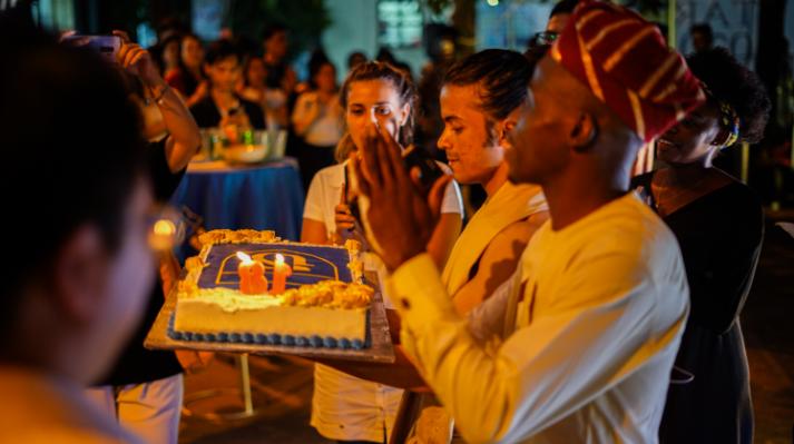 Sinh viên hát chúc mừng sinh nhật tuổi 18 của Khoa Quốc tế.