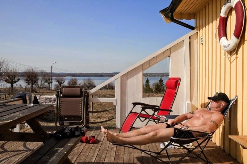 Một phạm nhân tại Bastoy đang nằm phơi nắng. Ảnh: Shutterstock.