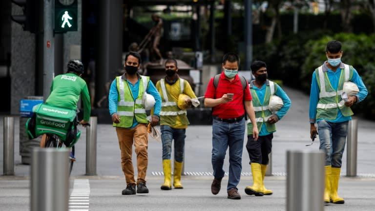 Nhân viên Grab giao hàng ở Singapore trong mùa dịch. Nguồn: Reuters