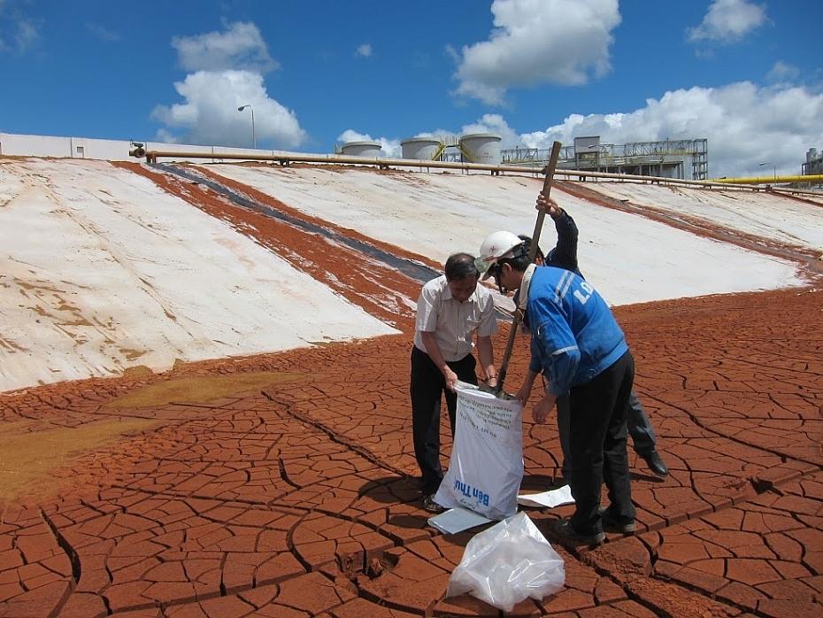 Khu thải bùn đỏ tại Nhà máy Sản xuất Alumin. Ảnh: kinhtemoitruong.vn