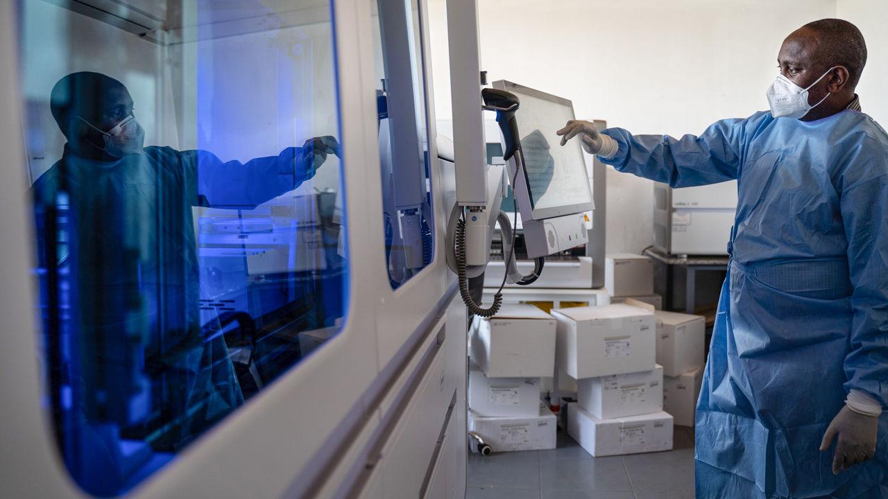 Một nhân viên kỹ thuật xét nghiệm Covid-19 tại Kigali, Rwanda. Theo các chuyên gia dịch tễ học, các nhân viên y tế cần được tiêm vaccine trước tiên. Nguồn: SIMON WOHLFAHRT/AFP/GETTY IMAGES