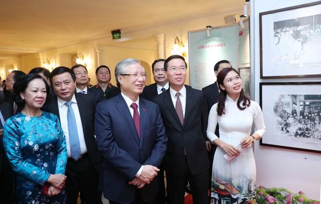 Thường trực Ban bí thư Trần Quốc Vượng và Trưởng ban Tuyên giáo Trung ương Võ Văn Thưởng thăm trưng bày ảnh Chủ tịch Hồ Chí Minh. Ảnh: Chinhphu.vn