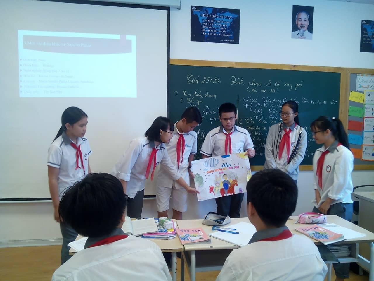 Đã có nhiều ý kiến đề xuất đa dạng hóa hình thái giờ học với bài giảng một chiều. Trong ảnh: Trình bày nhóm trong một giờ Ngữ văn lớp 8 ở Trường THCS-THPT Ban Mai, Hà Nội. Ảnh: khampha.vn