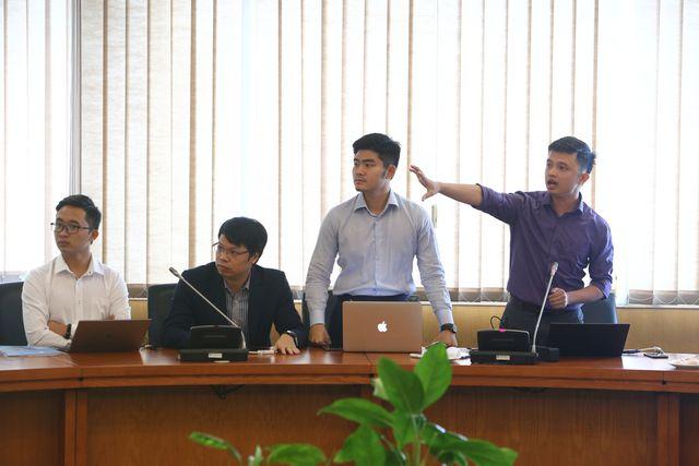 Các founder của VAIS giới thiệu về sản phẩm 'gỡ băng' tại Nhân tài Đất Việt 2019.Ảnh: Dân trí.