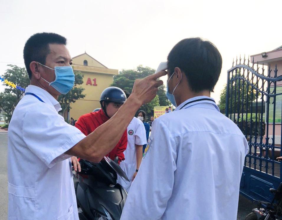 Kiểm tra nhiệt độ thí sinh trước giờ thi tốt nghiệp tại trường THPT Thanh Sơn, thị trấn Thanh Sơn, tỉnh Phú Thọ, tháng 8/2020. Ảnh: ttythuyenthanhson.com