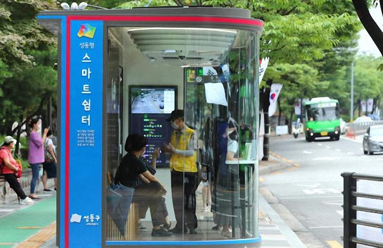 Nhà chờ xe buýt thông minh tại Hàn Quốc. Ảnh: CNN.