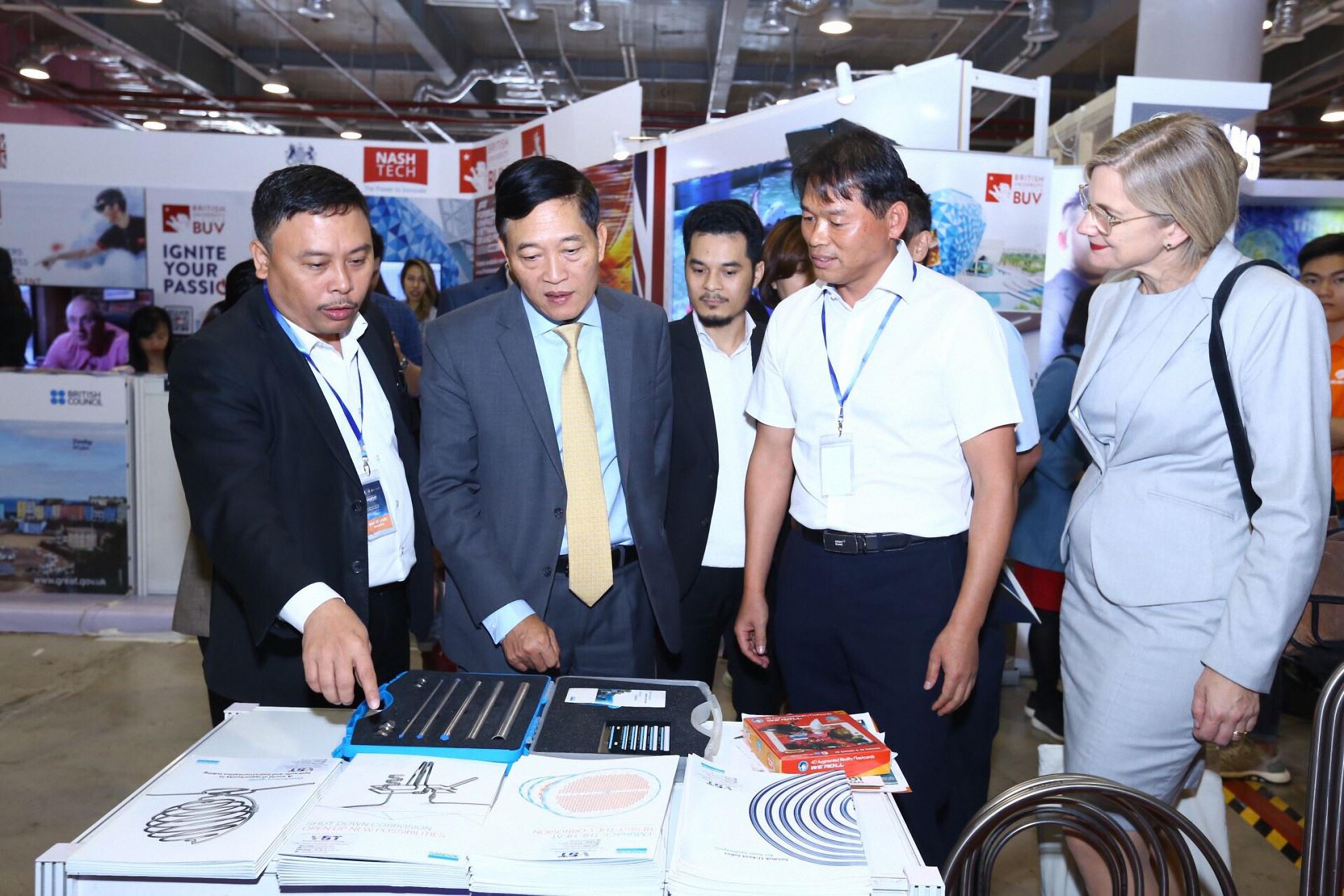 Thứ trưởng Bộ KH&CN Trần Văn Tùng tại Triển lãm Techfest 2019. Ảnh: vkist