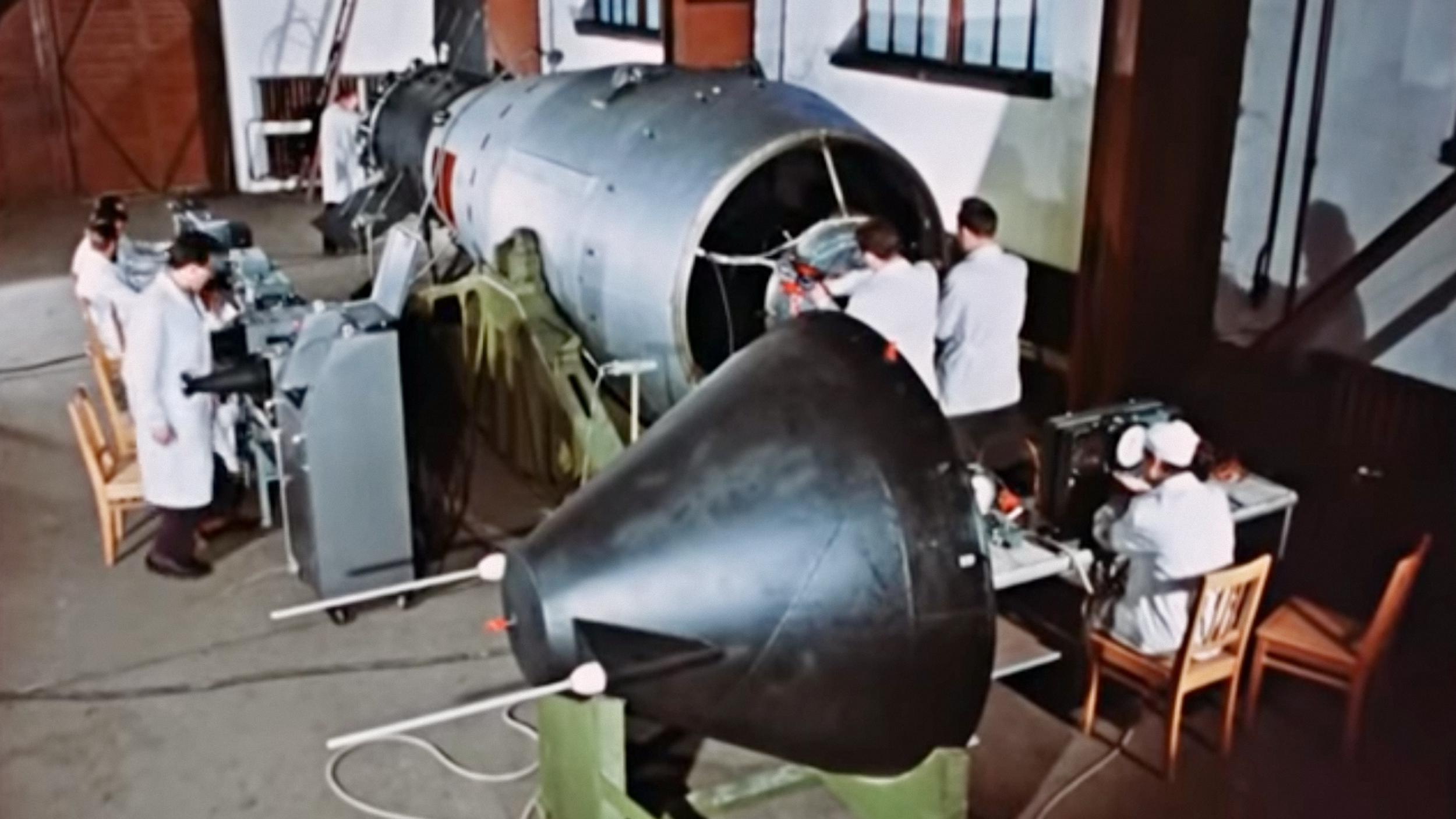 Các nhà khoa học Liên Xô lắp ráp bom Tsar Bomba. Ảnh: Rosatom.