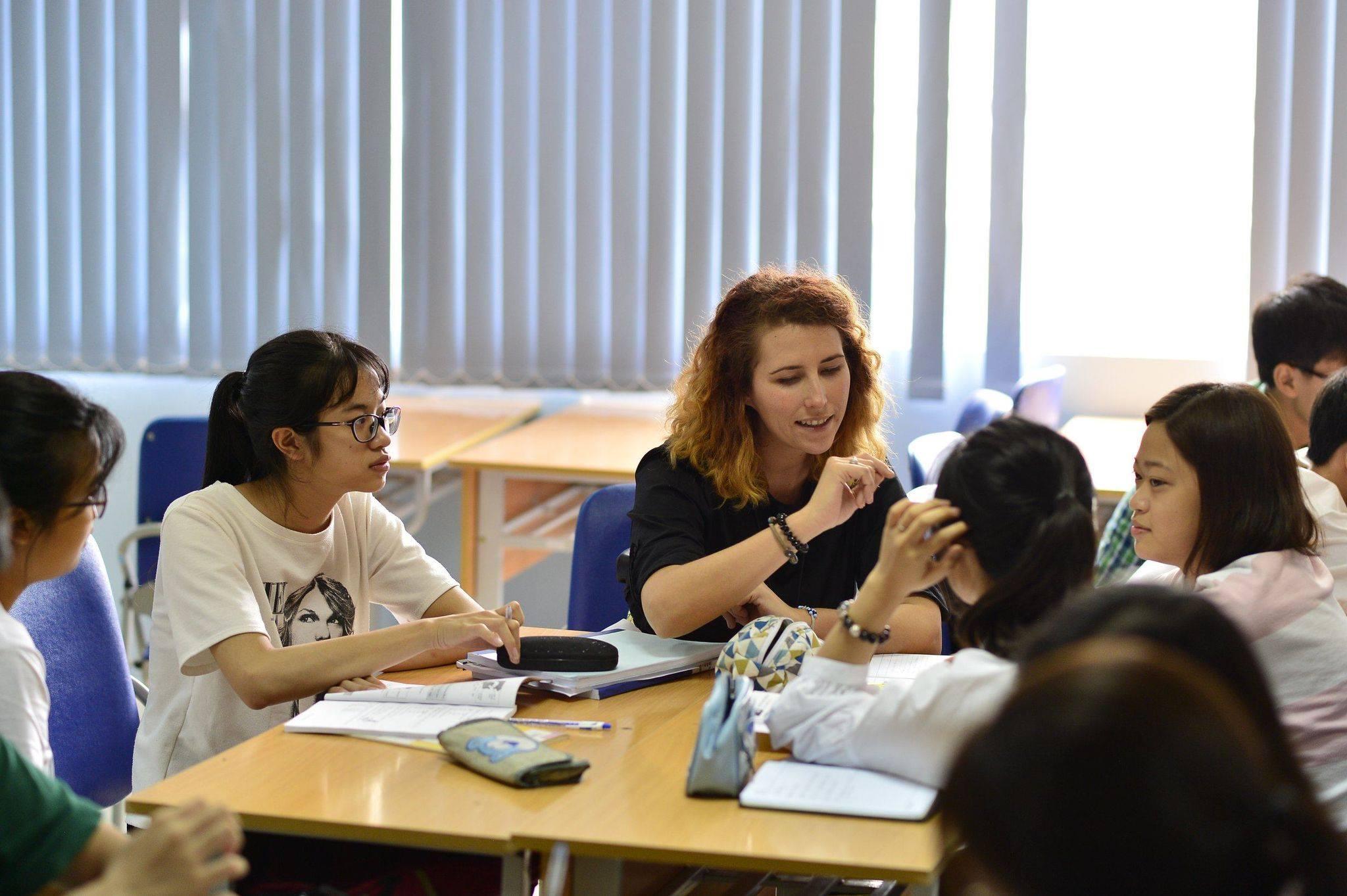 Từ tháng 3/2020 đến nay, Trường ĐH Khoa học và Công nghệ Hà Nội USTH đã tiếp nhận hơn 20 hồ sơ của du học sinh Việt Nam về nước hoặc của những học sinh dự định du học nhưng phải thay đổi kế hoạch do dịch bệnh. Trong ảnh: Một giờ học tiếng Anh với giáo viên bản ngữ của sinh viên USTH. Ảnh: Khánh Leo