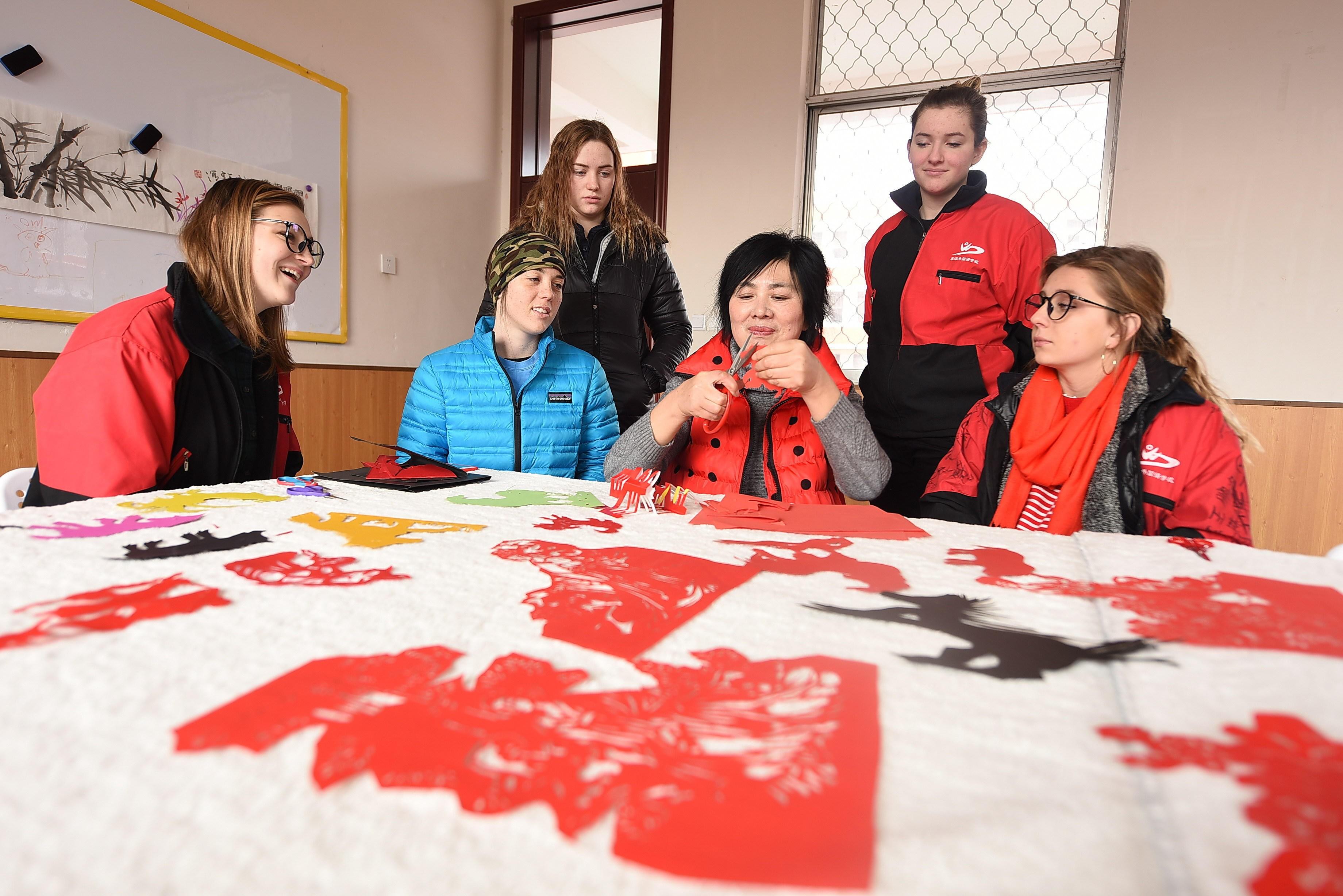 Năm 2017, Trung Quốc có 157 nghìn sinh viên quốc tế, 40% trong đó đến từ các nước bên ngoài khu vực Đông Á và Đông Nam Á, theo số liệu do nhóm nghiên cứu ở Trường ĐH Phú Xuân cung cấp. Trong ảnh: Sinh viên quốc tế ở Trung Quốc trải nghiệm nghệ thuật cắt giấy truyền thống. Nguồn: Alamy
