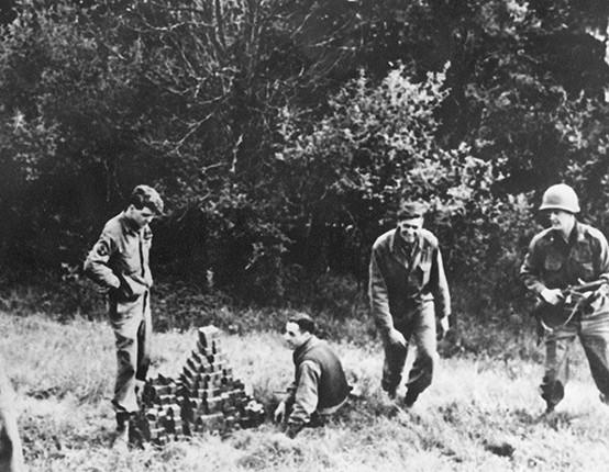Thành viên trong nhóm Alsos của Quân đội Mỹ, thực hiện sứ mệnh tìm kiếm các khối Uranium bị chôn giấu trên cánh đồng. Ảnh: Samuel Goudsmit.
