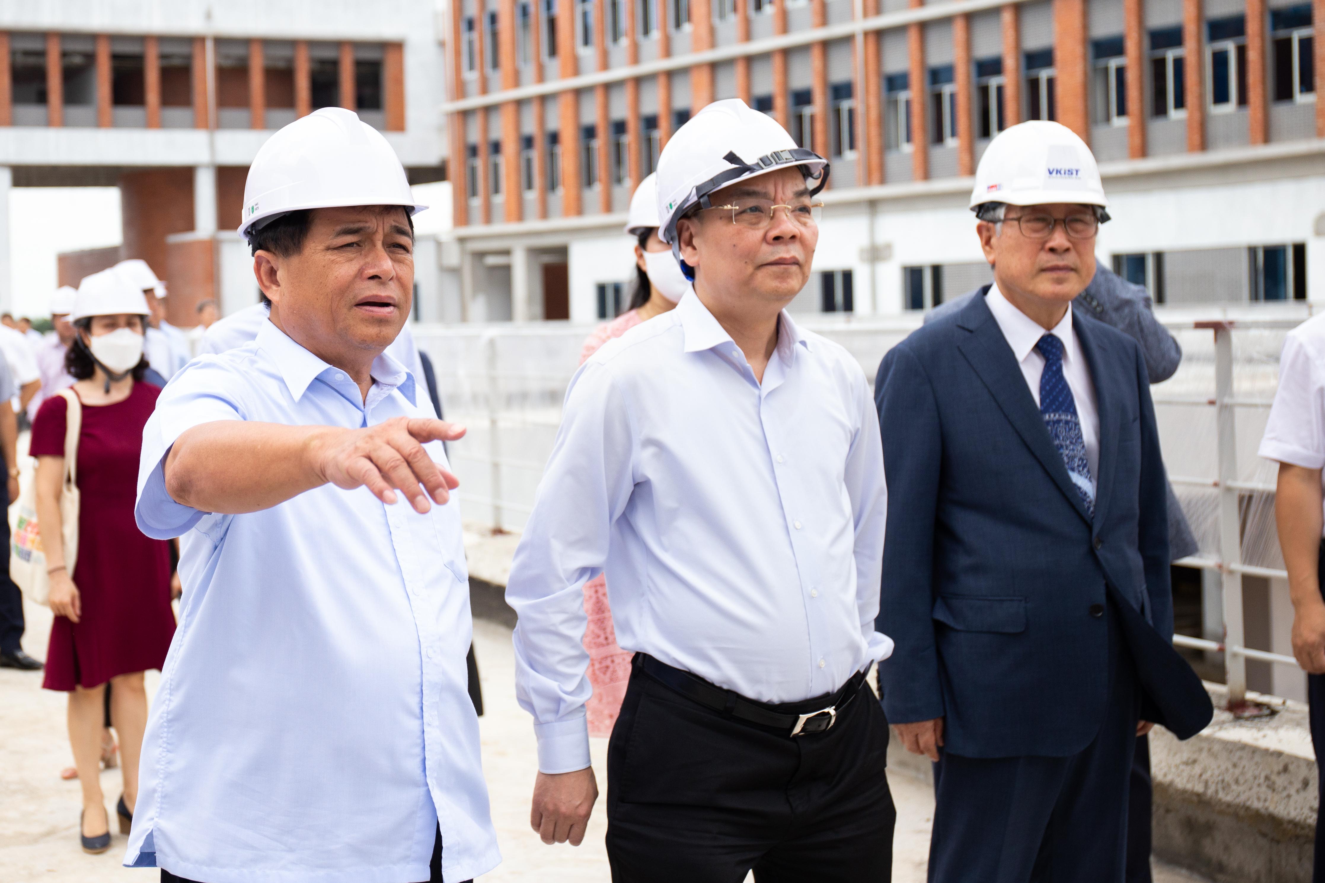 Bộ trưởng Chu Ngọc Anh và Bộ trưởng Nguyễn Chí Dũng đến thăm dự án VKIST. Ảnh: Hoàng Nam