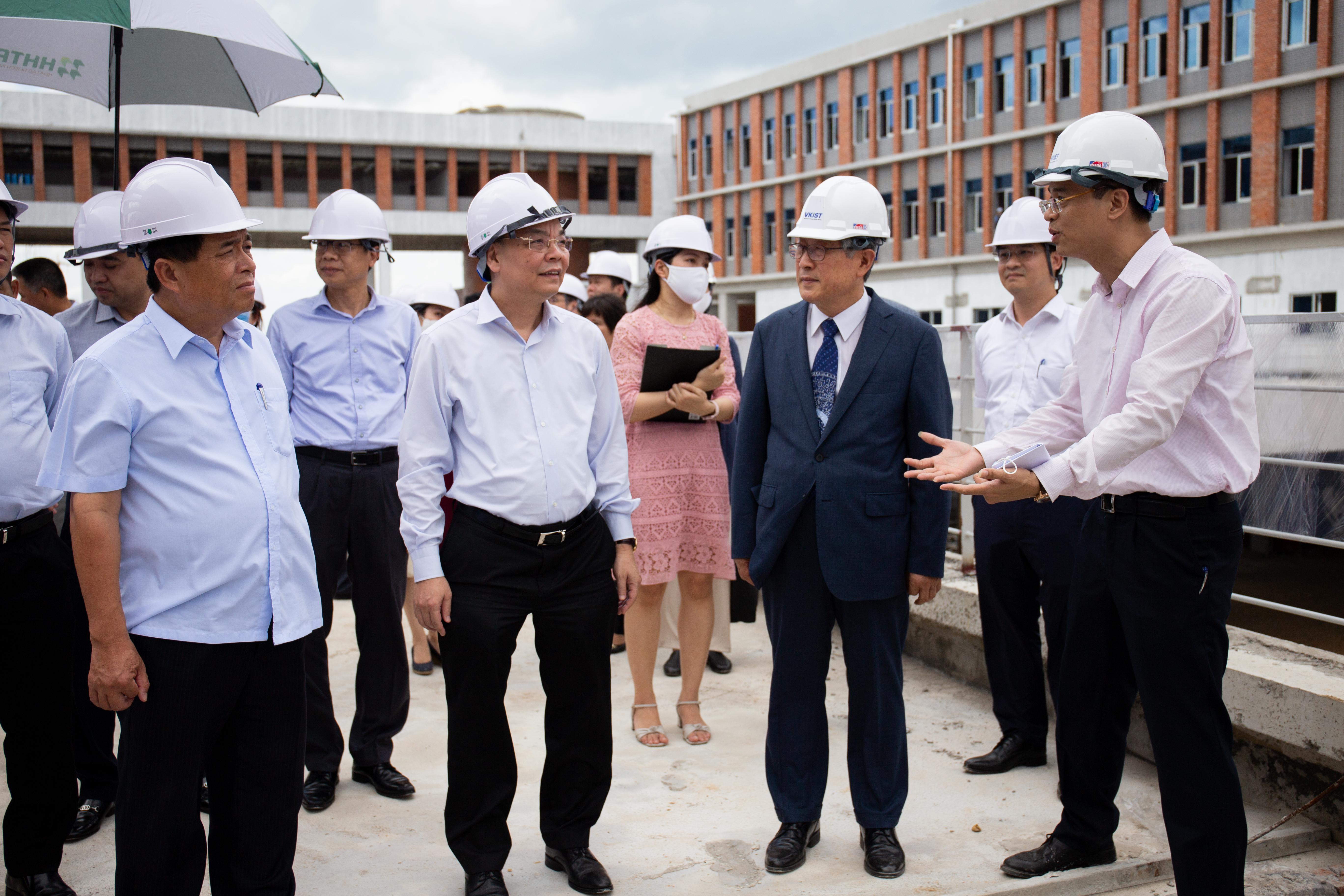 Bộ trưởng Chu Ngọc Anh (giữa) và Bộ trưởng Nguyễn Chí Dũng (trái) đến thăm dự án VKIST. Ảnh: Hoàng Nam.