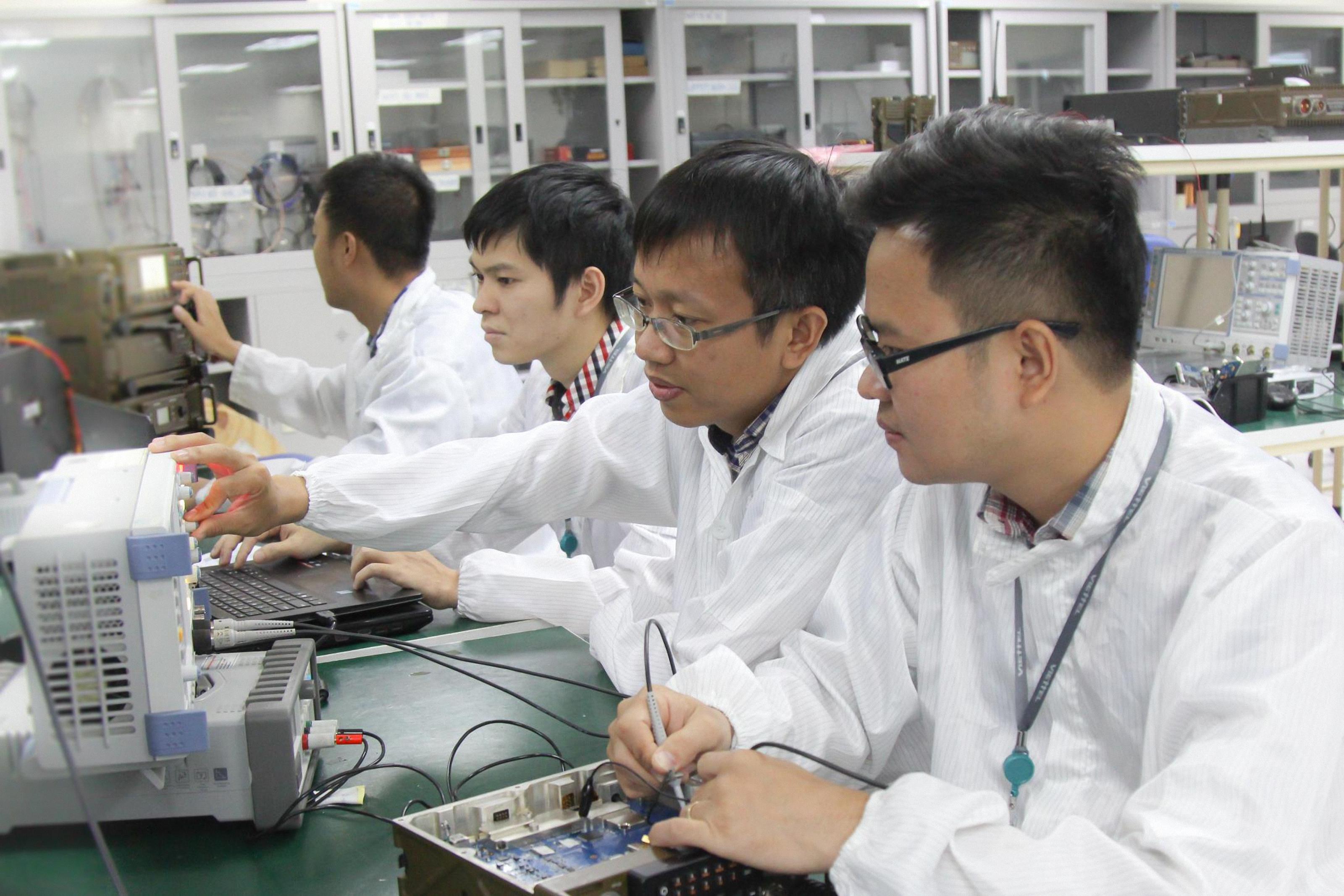Các kỹ sư của Viettel thử nghiệm thiết bị thông tin quân sự. Ảnh: Trần Thọ/QĐND
