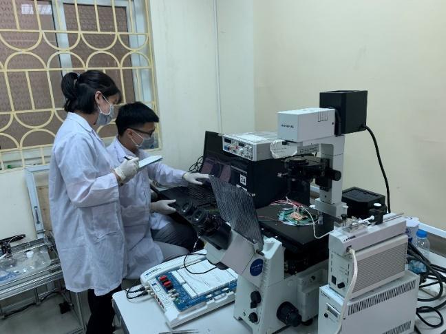 Các nhà khoa học của trường ĐH Công nghệ kiểm tra chip trong phòng thí nghiệm. Ảnh: NVCC