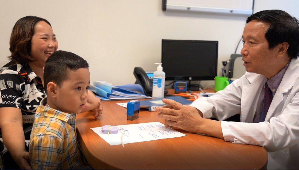 GS. Nguyễn Thanh Liêm trao đổi với trẻ điều trị tại Vinmec. Ảnh: Vinmec