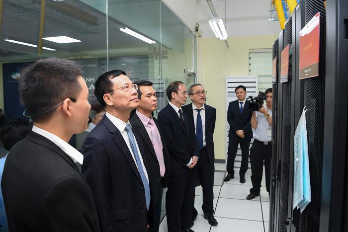 Bộ trưởng Bộ TT&TT Nguyễn Mạnh Hùng đi thăm quan cơ sở vật chất của nhà trường. Ảnh: BTC
