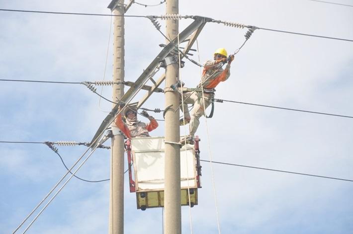 Công nhân PC Hà Tĩnh kiểm tra và khắc phục các khiếm khuyết trên lưới điện trước mùa mưa bão. Nguồn: Evn.com.vn