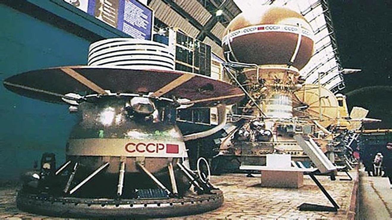 Mô hình tàu Venera-13 và module đổ bộ (phía trước) được trưng bày tại Moscow. Ảnh: NASA.
