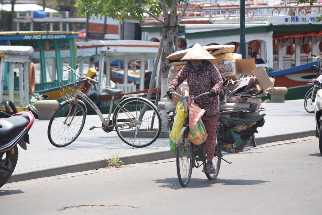 Ve chai ở Việt Nam chủ yếu là phụ nữ đi xe đạp thu gom rác tái chế để bán | Ảnh: UNDP