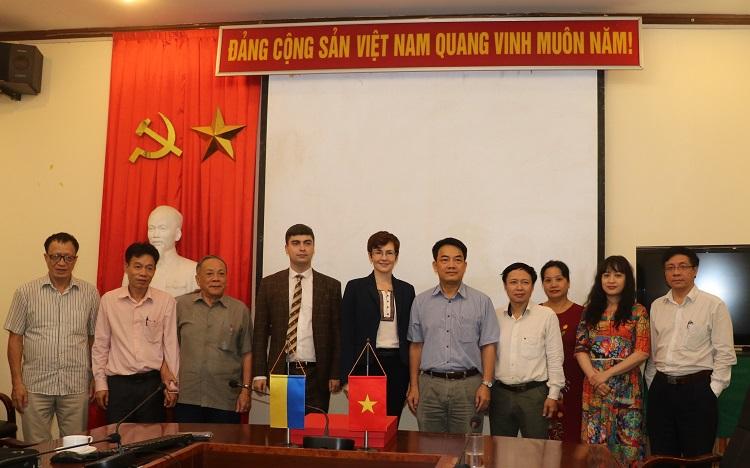 Lãnh đạo Viện Năng lượng nguyên tử Việt Nam chụp ảnh lưu niệm với đoàn Ukraine