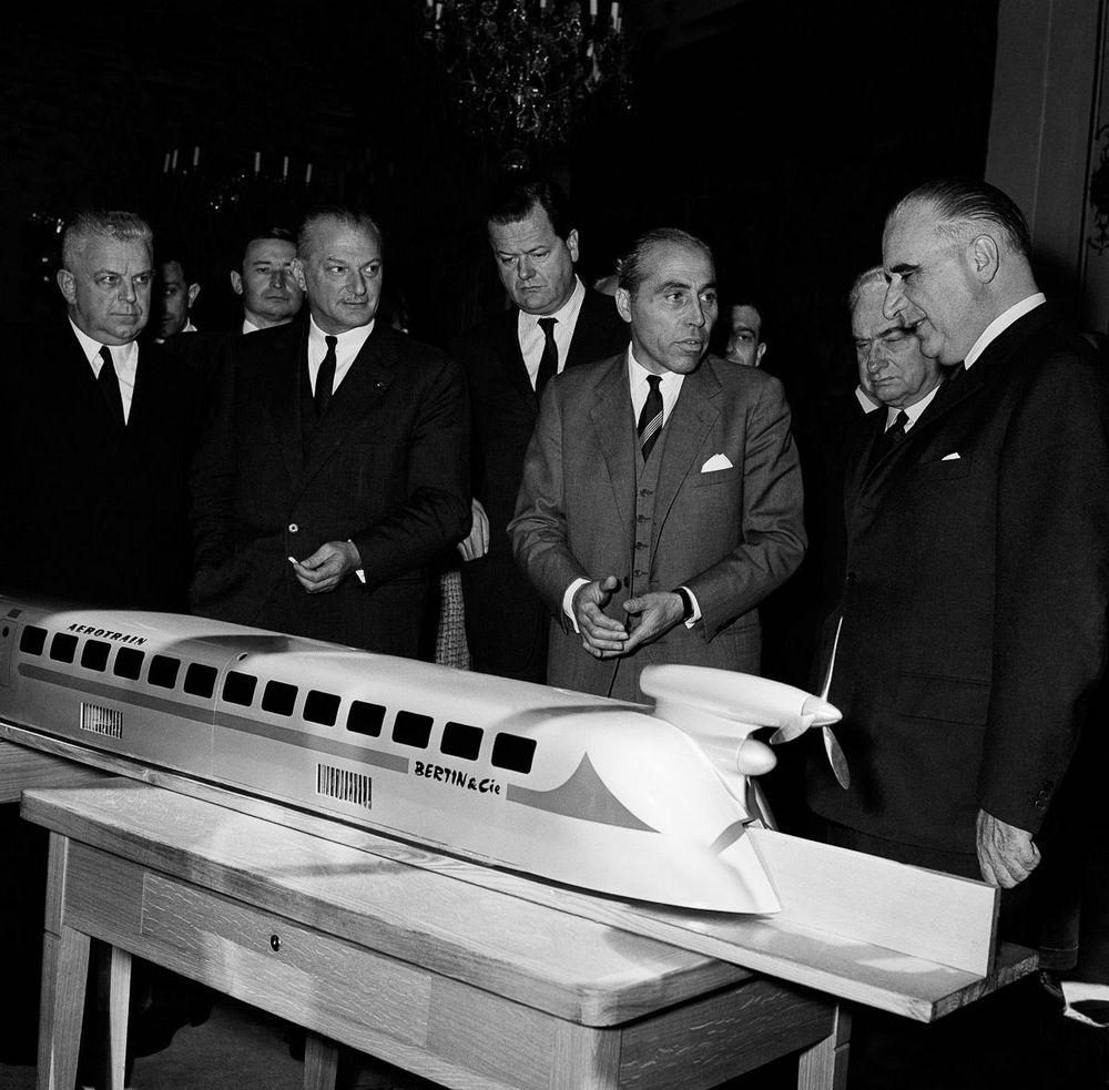Jean Bertin thuyết trình mô hình aerotrain với Thủ tướng Georges Pompidou ở Paris. Ảnh: Flickr.
