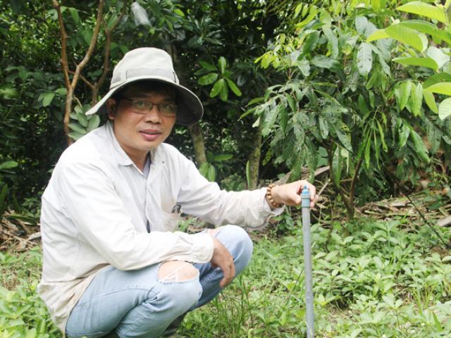 Anh Ngô Hùng Thắng giới thiệu về hệ thống vòi phun thông minh. Ảnh: Huỳnh Xây.
