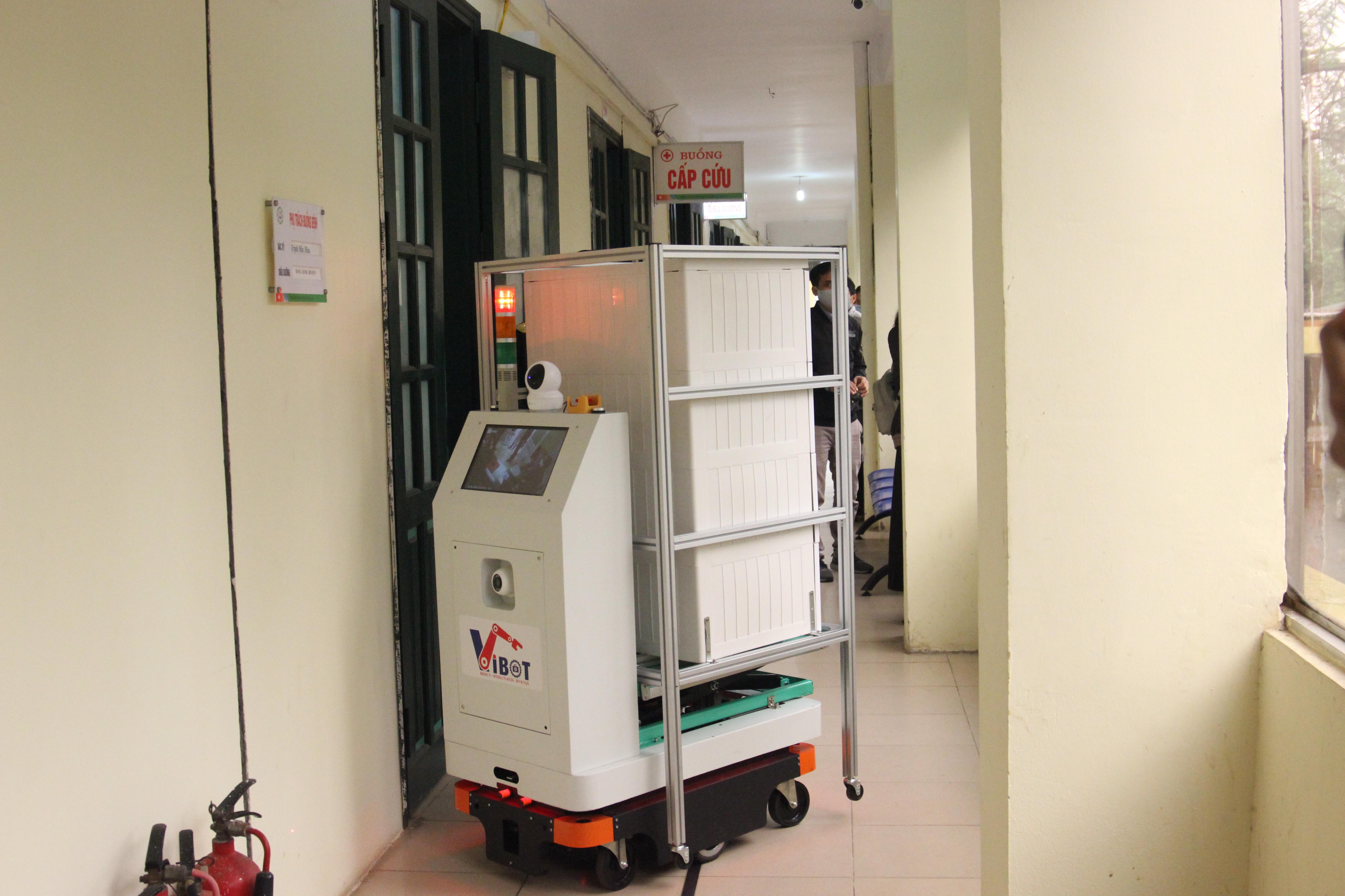Robot VIBOT-1a của Học viện Kỹ thuật Quân sự chạy thử nghiệm giao thuốc và thức ăn tại các phòng bệnh của Bệnh viện Bắc Thăng Long tháng 4/2020. Ảnh: BN