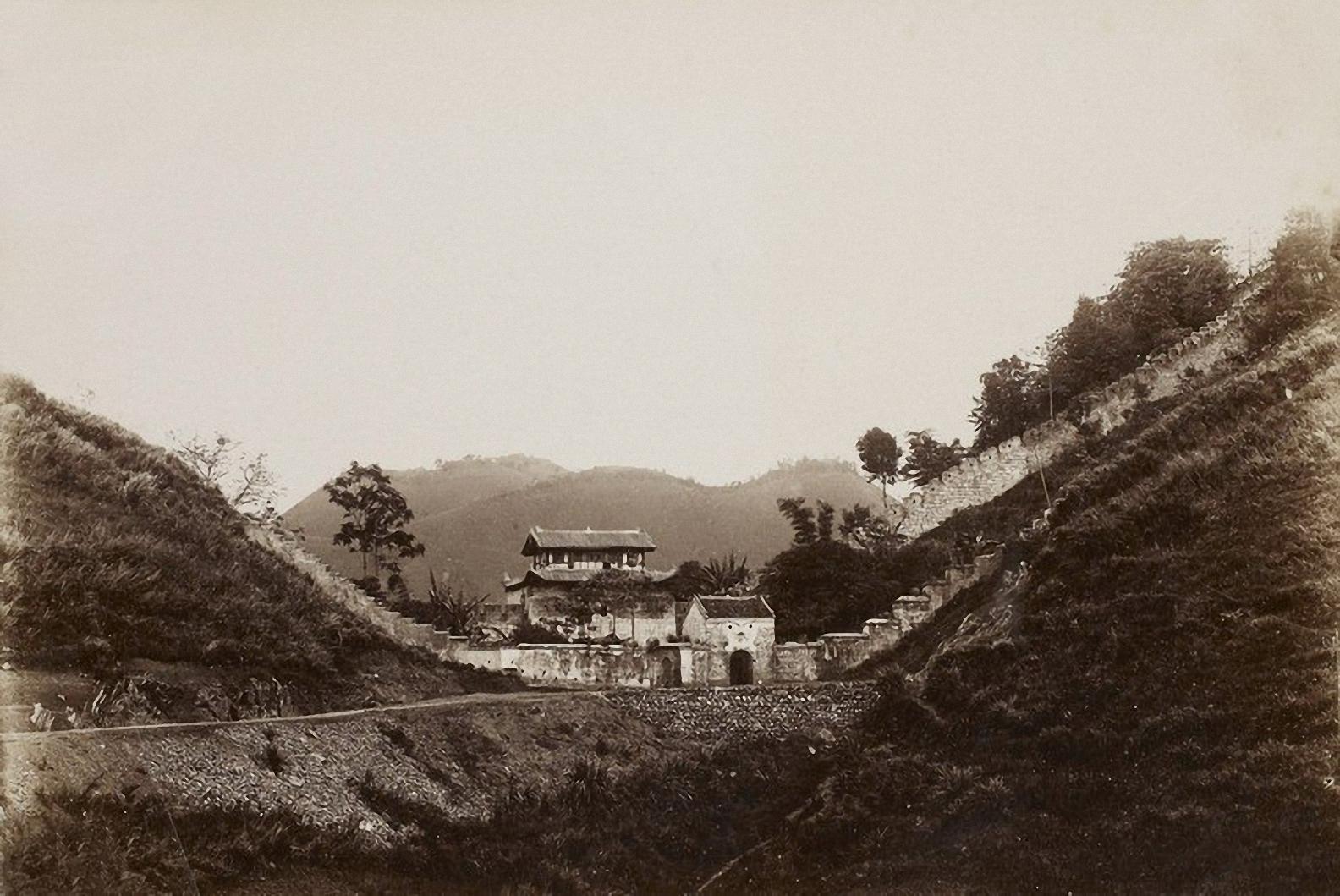 Ải Nam Quan (nay là Hữu Nghị Quan) là một địa danh lịch sử cũng như một công trình kiến trúc nằm ở khu vực sát đường biên giới Việt Nam - Trung Quốc. Ảnh: Các công trình tại khu vực Ải Nam Quan năm 1896.