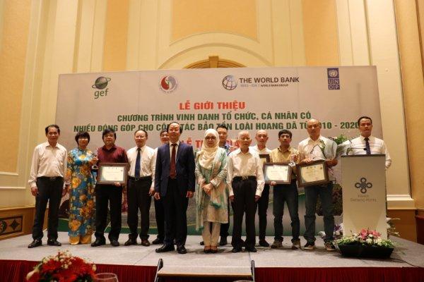 Lãnh đạo Bộ TN&MT và đại diện UNDP chụp ảnh cùng các tác giả đoạt giải. Ảnh: BTC.