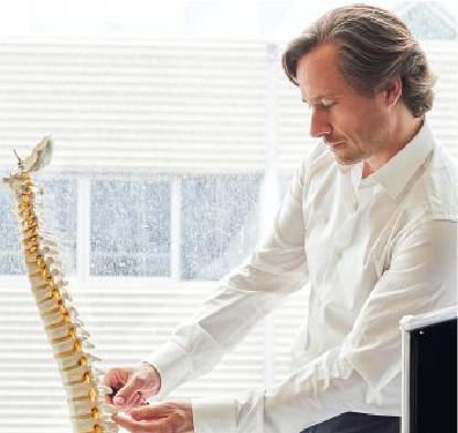 Tủy sống là đường dẫn dữ liệu điều khiển sự chuyển động. Nếu nó bị tổn thương thì sự liên lạc này ngưng hoạt động - những người có liên quan mất khả năng điều khiển bộ phận này của cơ thể. Trong ảnh: Nhà khoa học thần kinh Grégoire Courtine.
